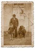Grand-père, enfant et gros chien noir — Photo