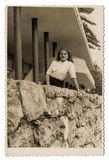 žena rekreant - pózování na terase hotelu — Stock fotografie