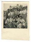Grupp unga kvinnor - i nationella kostymer — Stockfoto