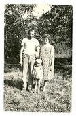 Středního věku oženil s dítětem pod stromy staré sadů — Stock fotografie