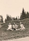 Tři dívky, které seděly na louce — Stock fotografie