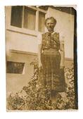 Femme en costume avec jupe longue — Photo