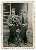 Muži, sedící na lavičce — Stock fotografie