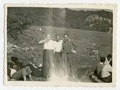 Mannen staande in een veld en drinken — Stockfoto