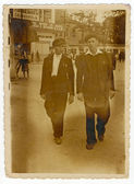 Men walking around town — Stock fotografie