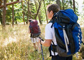 Couple hiking with backpacks — Stockfoto