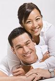 азиатская пара обниматься — Стоковое фото