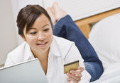 Woman with Credit Card — Stockfoto