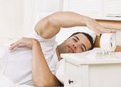 Hombre con reloj despertador — Foto de Stock