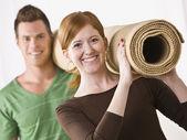 Paar mit teppich-rollen — Stockfoto