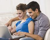 Dizüstü bilgisayarda birlikte çalışma çekici çift — Stok fotoğraf