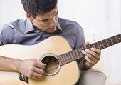 Привлекательный человек играет гитара — Стоковое фото