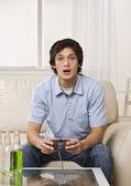 可爱的家伙在玩视频游戏 — 图库照片