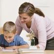 Anne yardım oğlu ile ev ödevi — Stok fotoğraf