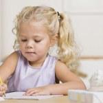 女の子、ノートに書き込む — ストック写真