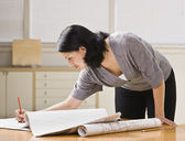 有吸引力的女人与建筑计划. — 图库照片