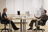 Homme et femme bavarder dans le bureau — Photo