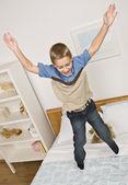 çocuk yatağı üzerinde atlama — Stok fotoğraf