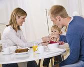 Aile yemek kahvaltı — Stok fotoğraf