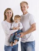Familjen klädda i vitt — Stockfoto