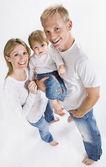Kameraya gülümseyen aile — Stok fotoğraf