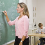 leraar schrijven op blackboard — Stockfoto