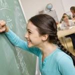 student schrijven op blackboard — Stockfoto