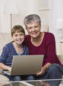 Abuela y nieta en línea — Foto de Stock