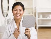 Asijské ženy hospodářství zrcadlo. — Stock fotografie