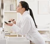 Mulher colocando maquiagem — Foto Stock
