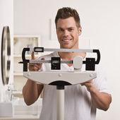 Mann überprüfen Gewicht — Stockfoto