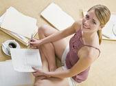 Привлекательные блондинка с оформлением документов. — Стоковое фото