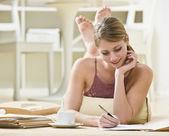 Femme d'écriture sur les fichiers — Photo
