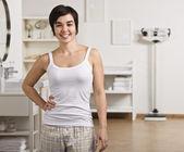 Kadın banyodavrouw in badkamer — Stockfoto
