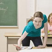 Studenten, die arbeiten am projekt im klassenzimmer — Stockfoto