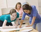 Estudiantes trabajando en proyecto de aula — Foto de Stock