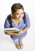 Student bär ryggsäck redovisade böcker — Stockfoto