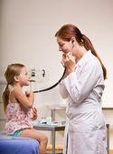 Arzt geben mädchen checkup in arzt-büro — Stockfoto