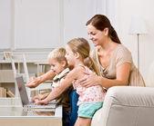 мать показаны детям ноутбук — Стоковое фото