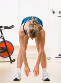 Woman exercising in health club — Stockfoto