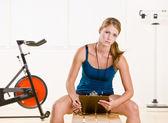 女人控股秒表和剪贴板 — 图库照片