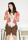 žena hrající se psem v čekárně — Stock fotografie
