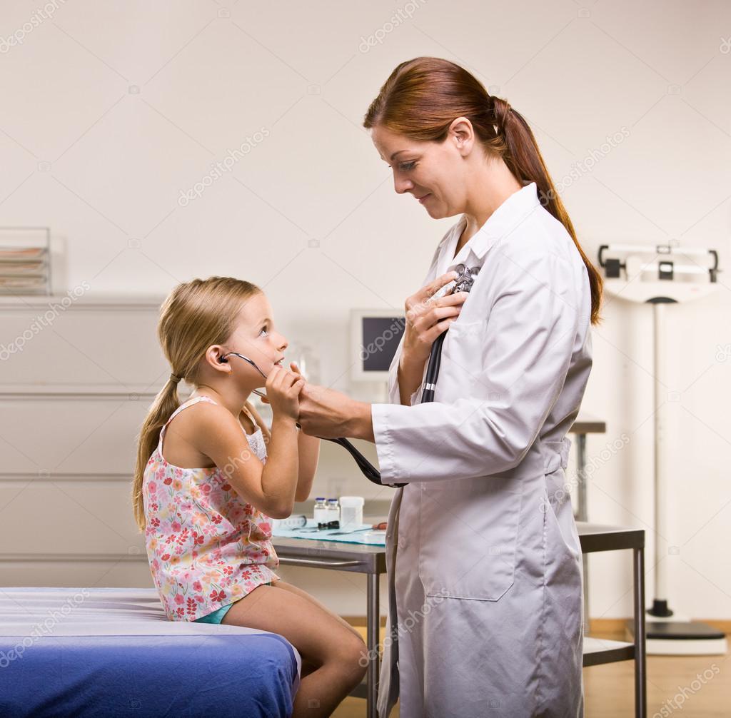 Молодая брюнетка с маленькими сиськами распахнула киску на приеме у гинеколога  343048