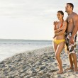 Couple hugging on beach - Stockfoto