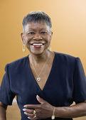 äldre afroamerikanska kvinna ler — Stockfoto