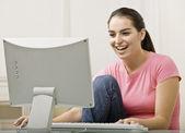 Jonge vrouw met behulp van computer — Stockfoto