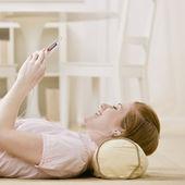 Ung kvinna lyssna på musik — Stockfoto