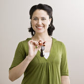 Mid Adult Woman Holding Keys — Stock Photo