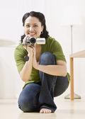 Kobieta z kamery wideo — Zdjęcie stockowe