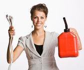 Affärskvinna håller elektriska stickproppar och gas kan — Stockfoto